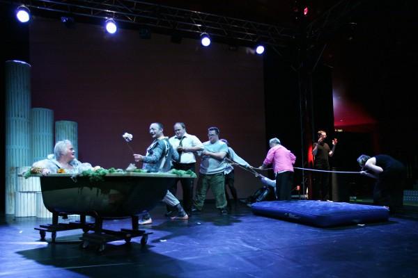 "Theater Malaria | ""Fallobst vom Olymp.Suche:Helden!"" Foto R.Winkler"